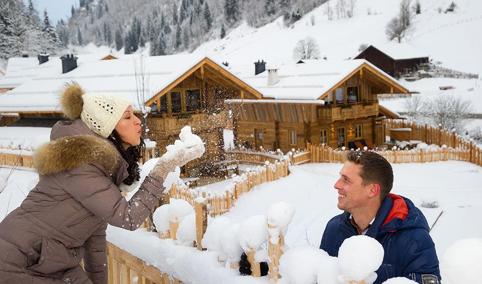 Frau und Mann im Schnee